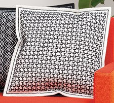 Kirjonta Tyyny huovasta lävistetyillä reiíllä Mustaa luonnonvalkoisella sarja 42 x 42 cm