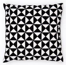Kirjonta Tyyny kolmioilla musta/valkoinen sarja 42 x 42 cm